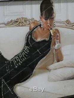 Dame Étonnante En Images Robe Noire Avec Des Cristaux, L'art Liquide Et Cadres De Miroir