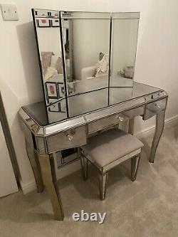 Dressing Avec Tabouret Et Miroir