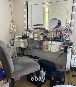 Dressing En Verre Miroir Avec Chaise Grise, Miroir Et Lumières De Style Hollywoodien