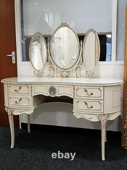 Français Louis Kidney Shaped Glass Top Ivory & Gold Dressing Table Avec Miroirs