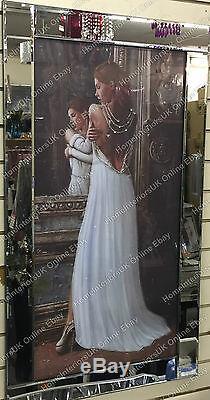 Lady Debout Pose En Arrière Dans L'image Robe Blanche Avec Des Cristaux Et Cadre De Miroir