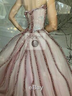 Lady En Robe Rose Image Sur L'image Miroir Avec Détail Glitter