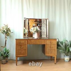 Table D'habillage Concave Vintage De Trou De Genou Avec Le Dessus En Verre Et Le Miroir Triple